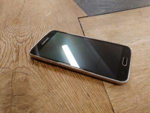 Samsung Galaxy S5 med träbakgrund